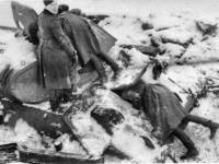 Солдаты 112-й пехотной дивизии за осмотром Т-34